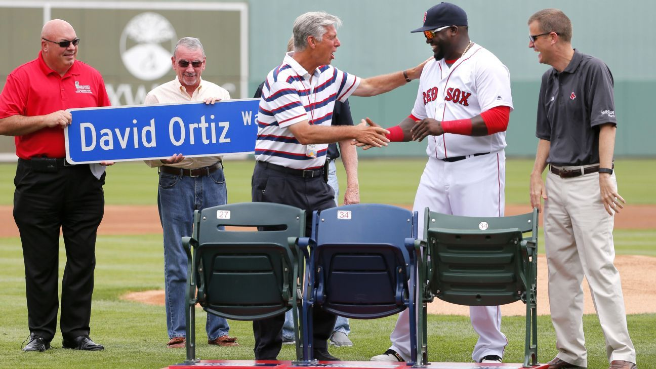 Photos of farewell gifts handed out by MLB teams
