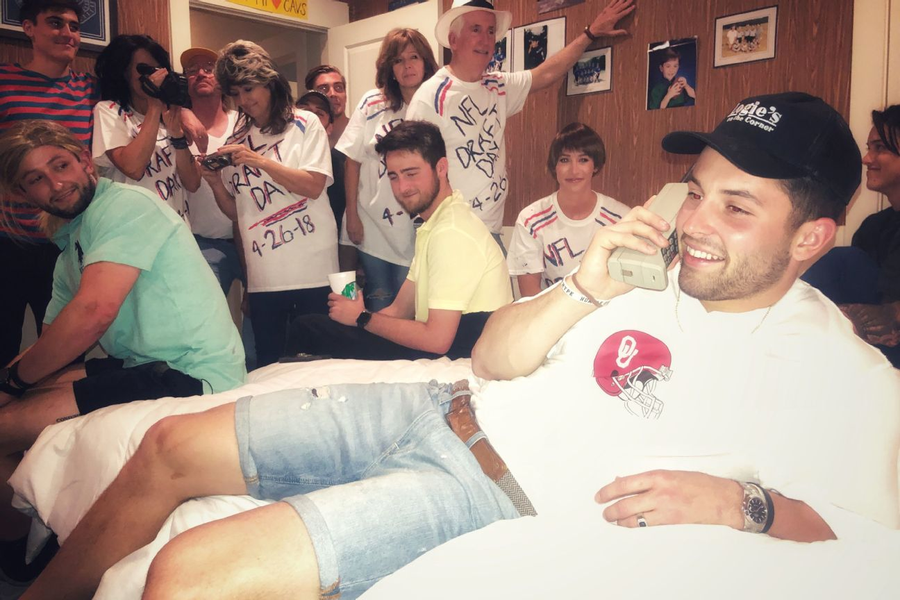 Favre flattery: Mayfield revives draft-day photo