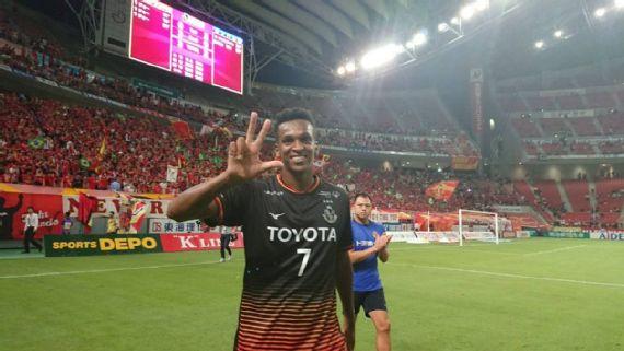 Ex-Corinthians, Jô faz hat-trick e é ovacionado pela torcida japonesa; veja os vídeos