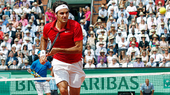 Roger Federer likely follows a core-stabilizing training program which helps him hit with power and avoid injury.