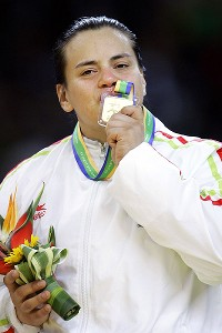 Vanessa Zambotti kisses her gold medal at the 2007 Pan Am Games.