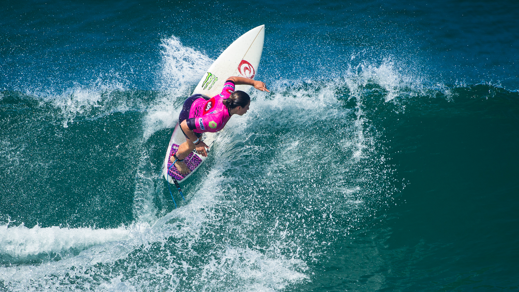Tyler Wright held up her end of the world title race, advancing into the quarterfinals of the EDP Cascais Girls Pro in Portugal.