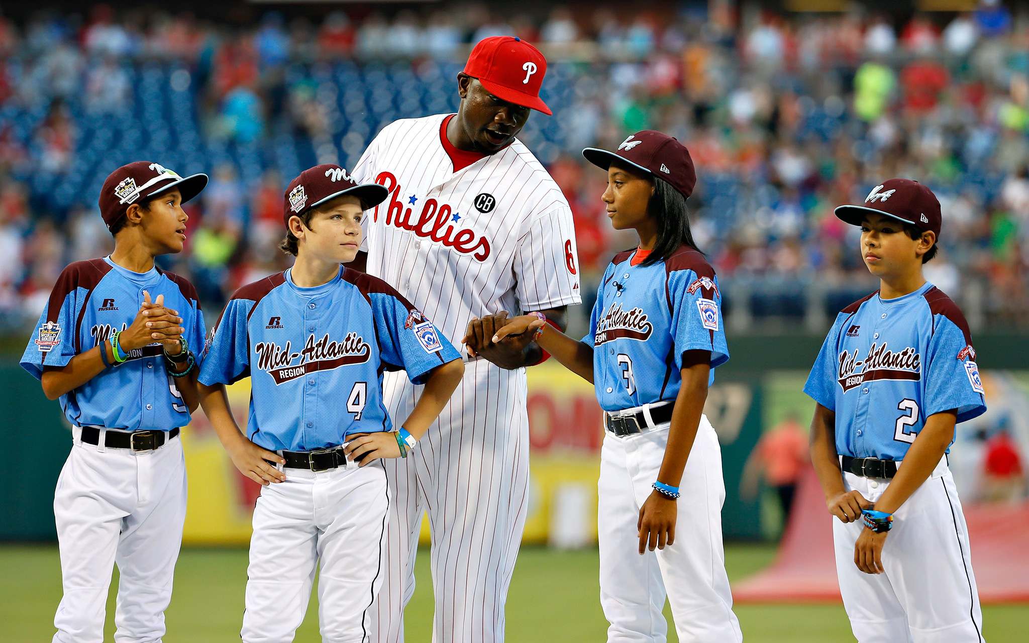 Now that's a tribute. Before the Phillies-Nationals game Wednesday, Ryan Howard congratulates Mo'ne Davis and her Taney Dragons teammates for their Little League World Series accomplishments.