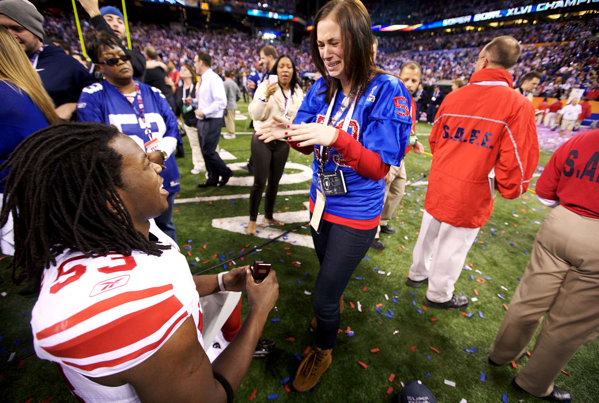 Because winning Super Bowl XLVI wasn't enough for one day, New York Giants linebacker Greg Jones made the day even more memorable by getting engaged to former Michigan State basketball star Mandy Piechowski in the middle of a confetti-filled celebration.