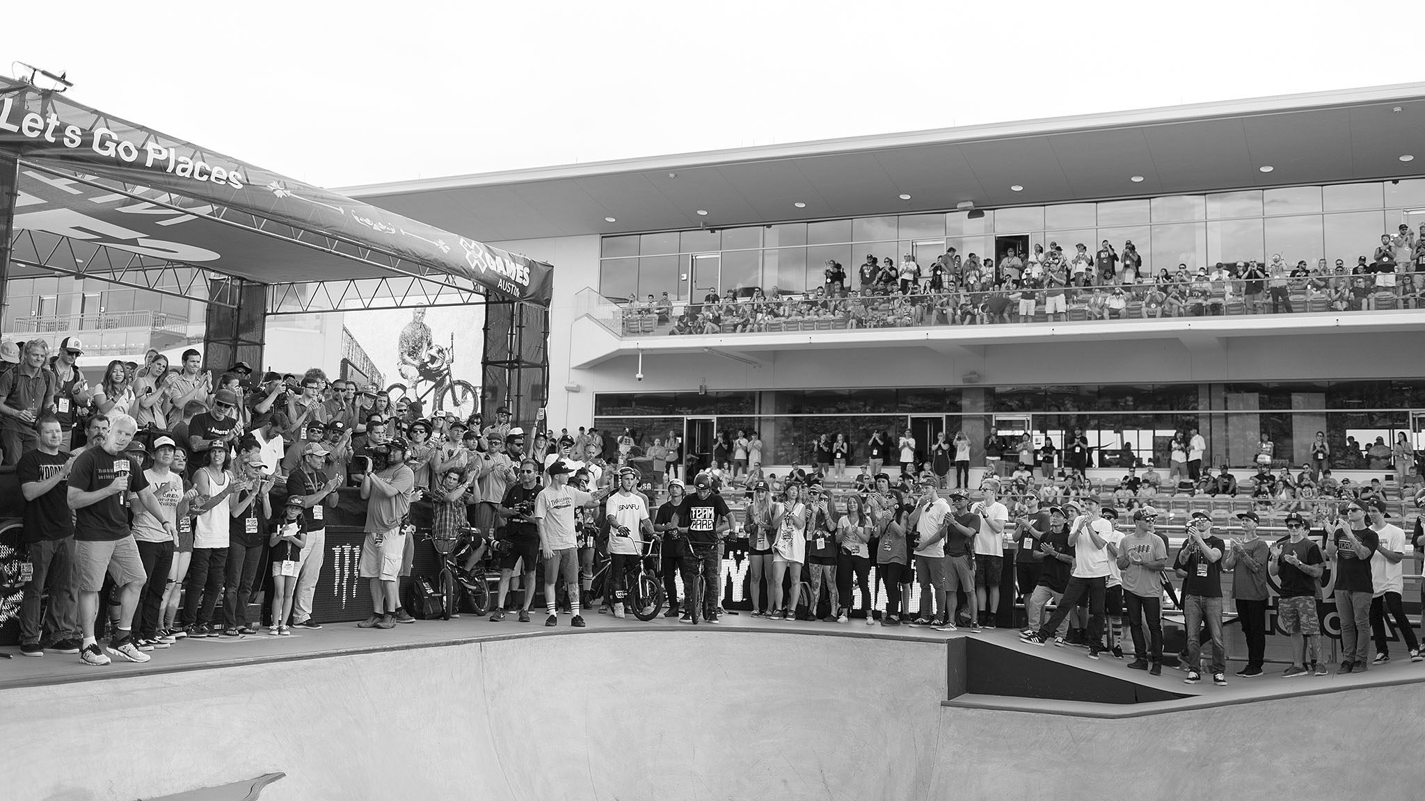 The BMX family joined together after the end of the BMX park final Saturday in Austin to pay tribute to BMX pioneer Dave Mirra.