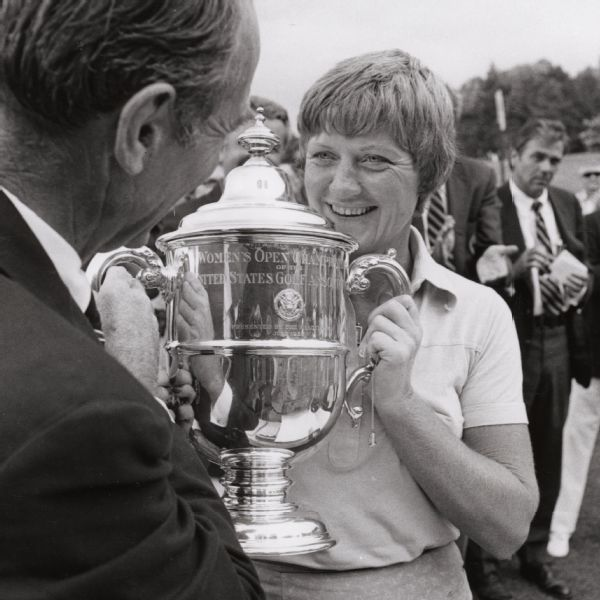 USGA President Harry W. Easterly Jr. presenting the trophy to Carner after she won the 1976 U.S. Women's Open.