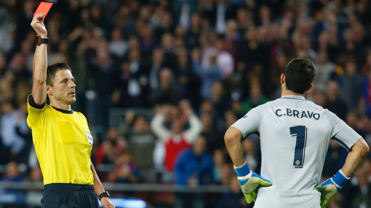 d770329bbcd Claudio Bravo takes blame for Manchester City s loss at Barcelona