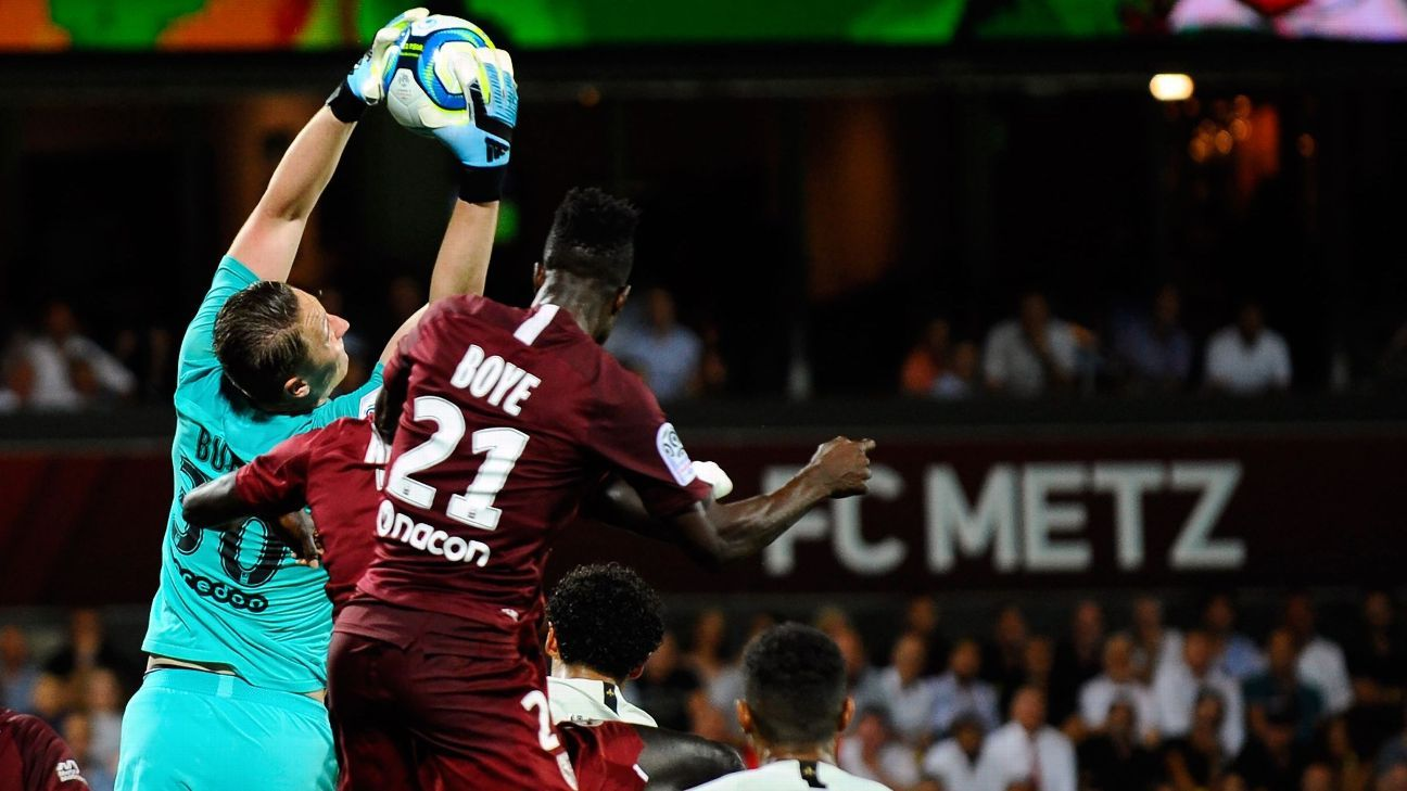 PSG's win at Metz briefly paused due to banners