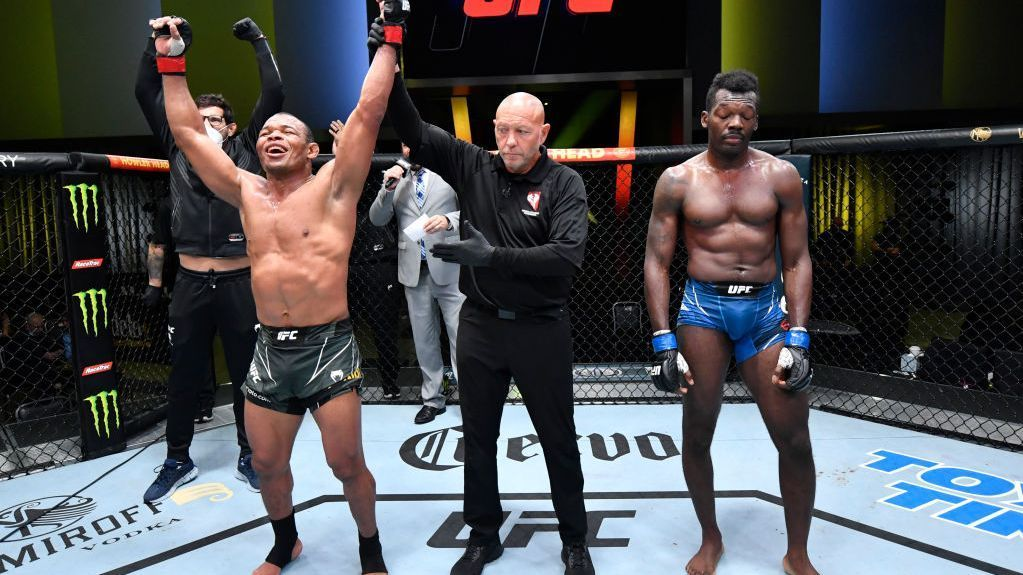 Massaranduba vence no UFC mesmo após punição por chute baixo e brinca com rival: 'Tem o s*** muito grande'